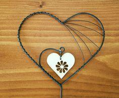 Zápich srdce + dřevěná srdce Zápich je vyrobený z černého žíhaného drátu a ozdoben dřevěným srdíčkem. Výška srdce je 8cm, šířka 9cm, výška celého zápichu 33cm. Povrch je ošetřen bezbarvým lakem.