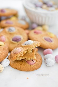 easter cookies with chocolate eggs Hot Cross Buns, Easter Parade, Easter Cookies, Gingerbread Cookies, Bunny, Eggs, Journal, Chocolate, Baking