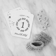 These all Monochrome or Brown Craft Baby Milestone Cards include space on the back to write a Date! Baby Milestone Cards, New Baby Cards, Baby Poster, Baby Bottle Storage, Baby Shower Souvenirs, Baby Blanket Size, Unique Baby Clothes, Baby Memories, Baby Girl Crochet