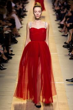 See all the Collection photos from Christian Dior Spring/Summer 2017 Ready-To-Wear now on British Vogue Style Haute Couture, Couture Mode, Couture Fashion, Catwalk Fashion, Fashion 2017, Fashion Show, Fashion Design, High Fashion, Dress Fashion
