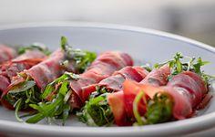 Bresaola-Rucola-Röllchen mit Parmesan sind eine der leckersten italienischen Vorspeisen. Das Antipasto, das sich prima als herzhaftes Fingerfood eignet, ist schnell zubereitet: Bresaola, Parmesan und Rucola sind die Hauptzutaten. Der Rucola wird als Salat auf die Bresaola gegeben und diese als Röllchen aufgerollt. In Italien kommt das Antipasto als Involtini di Bresaola, Rucola e Parmigiano auf den Tisch. Oft wird die Vorspeise aber auch nur geschichtet.