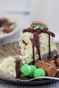 A delicious triple layer Peppermint Christmas Ice-Cream Cake! Chocolate, vanilla and mint flavoured ice-cream layers packed full of cookies, chocolates and more! Lunch Box Recipes, Gourmet Recipes, Sweet Recipes, Baking Recipes, Chocolate Ice Cream Cake, Chocolate Biscuits, Chocolate Chip Cookies, Peppermint Ice Cream, Peppermint Chocolate
