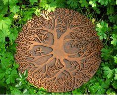 De levensboom is HET SYMBOOL VAN HET LEVEN ZELF. Met zijn wortels in de aarde heeft hij contact met de onderwereld. Met zijn takken reikt hij naar de hemel. Hij is een bemiddelaar tussen goden en mensen.Verder symboliseert de levensboom het eeuwige leven: het uitbotten in de lente, de weelderige groei in de zomer, vruchten en verval in de herfst en de rust tijdens de winter. De cirkel is jaar in jaar uit rond.