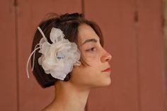 Rosa in Organza di Seta pura Avorio, con pistillo Turchese su pettine o spillo per abiti