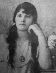 ♥This beauty, I'm proud to say, is my grandmother. Cuenca, Ecuador.♥ Esta belleza es mi Abuelita! Vivio toda su vida en Ecuador y siempre fue hermosa.