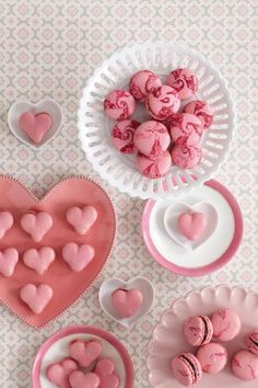 Macarons tourbillons et cœurs. – Swirls and hearts french macarons. Cake Pops, Cupcakes, Macarons Rose, Peggy Porschen Cakes, French Macaroons, Pink Macaroons, Strawberry Macaroons, Macaroon Recipes, Pink Foods