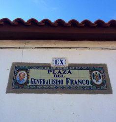 """-Paco, que dicen que el nombre de la plaza es inconstitucional. -Ponle un """"ex"""" y listo.  (Visto en Guijo de Ávila)"""