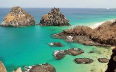 As pedras espalhadas pela pequena praia de Baía dos Porcos formam deliciosas piscinas naturais com vista para o Morro Dois Irmãos em Fernando de Noronha. Foto: Flickr/ Almir de Freitas
