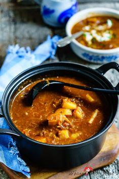 All you need is .... Schmorgerichte im Januar Aus einem Topf, einfach zubereitet und voller Geschmack ist dieses Kartoffel-Gulasch mit Sauerkraut. Mit ihm zaub