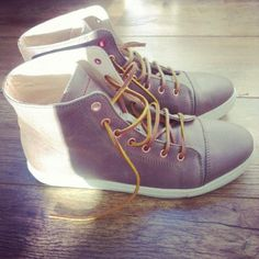 Leather taupe men's sneakers from Fred de la Bretoniere - Fretons collection, instagram by @mvrinco