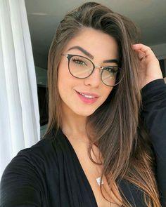 Óculos de grau feminino The best ideas in women's eyeglasses for women of all styles. Cute Glasses, Girls With Glasses, Glasses Frames, Girl Glasses, Fashion Eye Glasses, Makeup With Glasses, Actrices Sexy, Womens Glasses, Minimalist Fashion