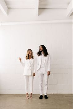 Engagement Outfits, Engagement Ideas, Engagement Pictures, Engagement Session, Classy Couple, White Suits, Pre Wedding Photoshoot, Groom Outfit, White Style