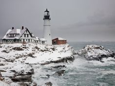 Prachtige vuurtoren in Maine, kan onderdeel zijn van een New England trip. - Beautiful lighthouse in Maine, could be part of a trip in New England. Portland Head Location: Cape Elizabeth, Maine This historic lighthouse has a rich history dating back to the late 1700s when the new town of Cape Elizabeth posted guard at Portland Head to warn citizens of British attacks. The tower was first lit in 1791 with 16 whale oil lamps. Kenneth C. Zirkel