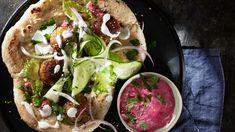 Rødbet tzatziki høres kanskje helt gresk ut? Agurken har denne gangen blitt byttet ut med rødbet, og du kan bruke både rå, kokt eller bakt rødbet. Tzatziki, Falafel, Protein, Tacos, Ethnic Recipes, Food, Immune System, Eten, Falafels