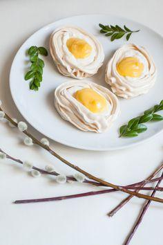 Bezowe jajka z orange curd. // Orange curd filled meringues.