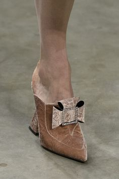 Mary Katrantzou at London Fashion Week Fall 2017 - Details Runway Photos Half Shoes, Me Too Shoes, Mode Shoes, Chanel Boots, Everyday Shoes, Mary Katrantzou, Shoe Clips, Dream Shoes, Beautiful Shoes