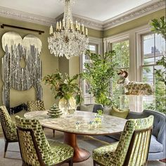 Chuck Chewning reimagines one of the grandest townhouses in Savannah, Georgia, for one of the city's top restaurateurs. Dark Brown Walls, Brown Doors, Oval Table, Vintage Chairs, Savannah Chat, Savannah Georgia, Elle Decor, Midcentury Modern, Living Room Designs