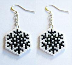 Boucles d'oreilles géométriques flocons de neige en perles japonaises miyuki blanches et métalliques tissage peyote