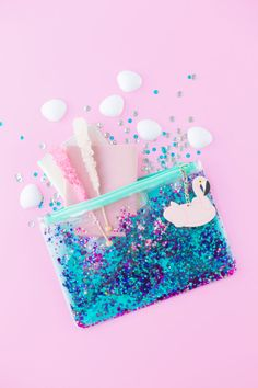 Can't Clutch This Reveal: Floating Glitter Clutch - Studio DIY Lettering Tutorial, Cool Pencil Cases, Cool Keychains, Mode Kawaii, School Suplies, Stationary School, School Accessories, Cute School Supplies, Cute Stationery