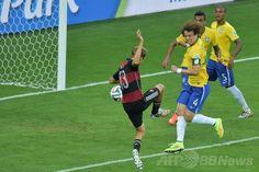 サッカーW杯ブラジル大会(2014 World Cup)準決勝、ブラジル対ドイツ。先制点を挙げるドイツのトーマス・ミュラー(Thomas Muller、中央、2014年7月8日撮影)。(c)AFP/GABRIEL BOUYS ▼9Jul2014AFP|ドイツが7ゴールを奪い決勝へ、ブラジルは歴史的大敗 http://www.afpbb.com/articles/-/3020000 #Brazil2014 #Brazil_Germany_semifinal