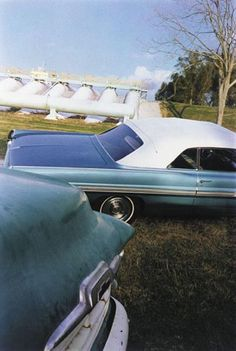 William Eggleston, Blue Cars, King's Bar, Louisiana.