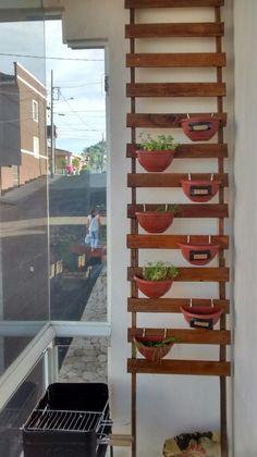 Horta vertical. Estrutura feita com estrado de cama reformado #DIY #Decoração #Jardim
