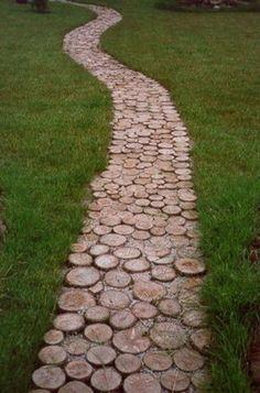 Houten pad. Tussen de huisjes een pad met houten 'stoeptegels' met daarop de ingrediënten van vrijheid gesymboliseerd