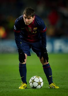 Este jugador de fútbol está a la espera . Él está pensando en su siguiente movimiento . Él está tratando de ganar el juego