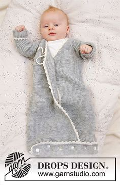 Knitted sleeping bag for babies in DROPS BabyMerino. The piece is worked in garter stitch on the right with cover, crochet edges and ties. Catch a wink / DROPS baby - free knitting patterns by DROPS design Birgi Baby Knitting Patterns, Knitting For Kids, Baby Patterns, Free Knitting, Knitting Projects, Knitting Ideas, Crochet Patterns, Drops Design, Drops Baby