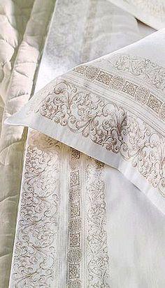 O bordado confere sofisticação ao conjunto branco e garante uma decoração com toque luxuoso. #lealtex #decoração #sofisticado #bedroom #beautiful #house #home #design #decor #decora #white #clean