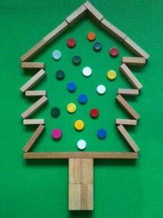 Dit wordt zeker een taak tijdens kerst; maak een Kerstboom van blokken en doppen! Foto ervan en je hebt een kerstkaart! by macie_sloan