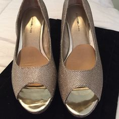 ⚡️Bandolino⚡️ Champagne Glitter Shoe Bandolino Fabric Champagne (blend of gold and silver) open toe shoe. Size 8M with a 3 1/4 inch heel. Worn twice for special occasions. In great condition, however the inside part of the heel is scuffed. If you are creative you may be able to fix this by yourself. List price is $90, selling for $40 or best offer! Bandolino Shoes Heels