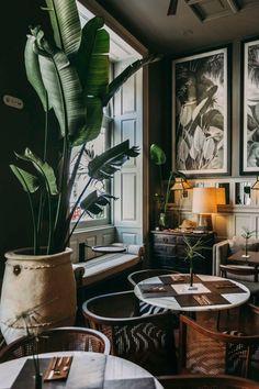 Fensterplatz im Restaurant des Hotels Torel 1884 in Porto - s h o p s I l o v e t o v i s i t - Boutique Boutique Hotel Bedroom, Best Boutique Hotels, Casa Hotel, Hotel Lounge, London Hotel, Mayfair London, Urban Deco, Luxury Hotel Design, Luxury Hotels