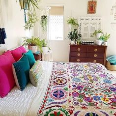 The Bohemian Bedrooms That'll Make You Want to Redecorate ASAP Diaries - decorincite Bohemian Bedrooms, Bohemian Apartment, Bohemian Room, Bohemian Interior, Deco Boheme Chic, Boho Chic, Bohemian Style, Shabby Chic, Cozy Bedroom