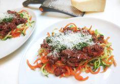 Sweet'n Spicy kødsauce på grøntsagspasta med en hjemmerørt persille-basillikum-ingefærspesto og lidt parmesan på toppen