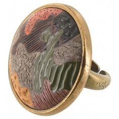 Anillo dorado con estampado de camuflaje ¡Pon los colores otoñales taaan favorecedores en tus looks!  http://www.tutunca.es/anillo-dorado-de-madera-coleccion-camouflage-nature-bijoux