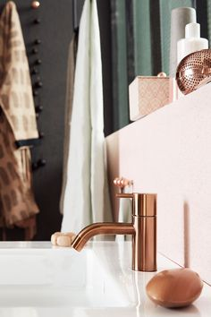 Copper goes well with pale pink. Bathroom in pink and green - via Coco Lapine Design Copper Bathroom, Bathroom Taps, Bathroom Interior, Copper Faucet, Bathroom Fixtures, Pastel Bathroom, Bathroom Colors, Pink Bathrooms, Bathroom Accents