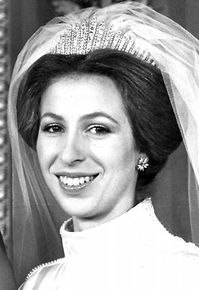 The Queen Mary Fringe Tiara; Worn by Princess Anne for her marriage to Mark Phillips in Lent to her on her wedding day by her grandmother, the Queen Mother, Queen Elizabeth. The Queen Mary fringe tiara is now owned by Queen Elizabeth II. Royal Princess, Princess Anne Wedding, Royal Crowns, Royal Tiaras, Royal Jewels, Crown Jewels, Princesa Anne, Princesa Real, Windsor
