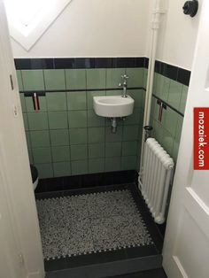 granito tegels en zwart wit blokjes | van gele tegels naar groene tegels | toilet in jaren 30 stijl | tegels anno 1900-1930 Bad Inspiration, Bathroom Inspiration, Interior Inspiration, Tuscan Bathroom, Bathroom Interior, Tiled Staircase, Toilet Room, Small Toilet, Tuscan Design