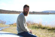En klassisk, eller tradisjonell om du vil, strikket genser i to farger. Her strikker du med en farge per runde, og slipper å holde orden på flere tråder samtidig.
