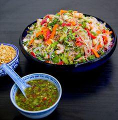 Glasnudelsallad med räkor - ZEINAS KITCHEN Veggie Recipes, Asian Recipes, Vegetarian Recipes, Cooking Recipes, Pasta Salat, Healthy Recepies, Zeina, Mindful Eating, Slow Food