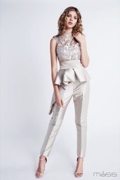 Catálogo Matilde Cano - Vestidos largos y cortos para las ocasiones especiales Wedding Trouser Suits, Wedding Jumpsuit, Casual Dresses, Fashion Dresses, Formal Dresses, Fiesta Outfit, Kebaya Dress, Elegant Outfit, Indian Outfits
