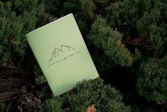 Ručně+šitý+sešit+Sešit+velikosti+A5+s+motivem+hor+je+vyroben+z+kvalitního+papíru+a+ručne+sešitý+černou+nití+do+vazby+V1.+Všechny+naše+sešity+jsou+potištěny+našimi+autorskými+vzory,+které+jsou+inspirovány+přirodou.+Sešity+jsou+nelinkované. Nature, Pattern, Naturaleza, Patterns, Nature Illustration, Model, Off Grid, Swatch, Natural