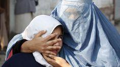 - Mulher protege filha após uma explosão perto do consulado paquistanês, em Jalalabad. Foto: Parwiz / Reuters