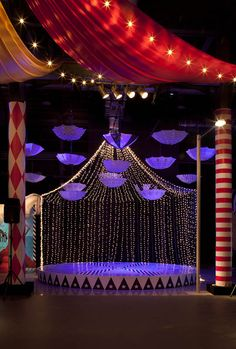 Circus feeling with minimal pieces (although the columns on the wings feel too small to me) SEMANA DE Circus Theme Party, Carnival Wedding, Circus Birthday, Vintage Carnival, Vintage Circus, Decoration Cirque, Circus Decorations, Carnival Themes, Wedding Decorations