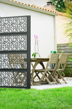 Structurez vos espaces de vie extérieur avec le panneau Lambig. Son décor graphique et moderne apportera un style décoratif unique à votre jardin, délimitant ainsi vos espaces sans pour autant les cloisonner. Sa découpe laser laissera filtrer subtilement le vent et la lumière, vous permettant ainsi de profiter pleinement de votre havre de paix, en toute sérénité ! #claustra #alu #aluminium #deco #garden#outdoor #jardinextraordinaire #kostum#kostumbycadiou