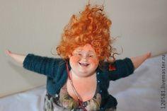 авторская кукла`Бабье лето`. Прекрасным ,теплым,солнечным днем счастливая рыжеволосая Сонечка -почтальон приносящая людям хорошие весточки.Эта кукла выполнена в смешанной технике.Велосипед и каркас куклы выполнен из медной проволки.