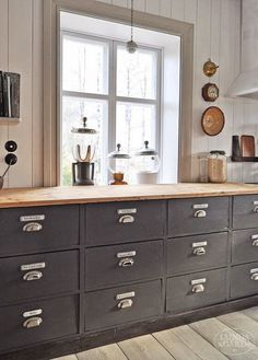 Dark, light, oak, maple, cherry cabinetry and wood kitchen cabinet makeover. CHECK THE PIC for Lots of Wood Kitchen Cabinets. Industrial Style Kitchen, Vintage Industrial Decor, Farmhouse Style Kitchen, New Kitchen, Kitchen Pantry, Industrial Dining, Vintage Modern, Vintage Farmhouse, Industrial Office