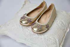 Bailarina ideal con detalle de estrellas en gliter multicolor, estas y muchas más encontraras en la web de carrilé. #carrile #zapatosbonitos #zapatosarras #bailarinas # bailarinasniñas #zapatosniños #comunion #zapatoinfantil