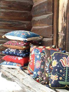 Jämtland har en fantastisk textilskatt och brudkuddarna hör verkligen till det mest häftiga. Yllet, tekniken, blommor, kransar och fåglar, allt i vackra färger och välbroderade av folkonstnärer.